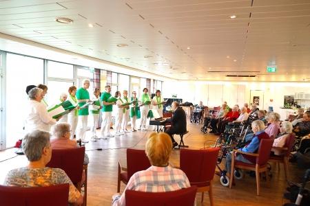 Die Chorgemeinschaft HinGehört in der Seniorenresidenz am Kaiserberg © Fotostudio Birgit von Ritter Zahony