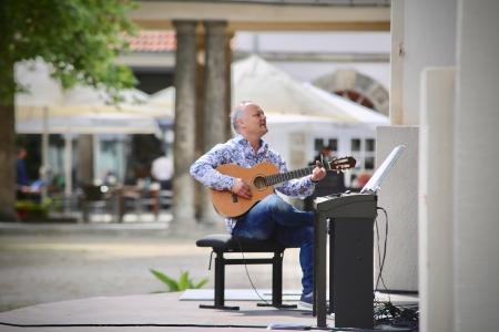 Holger Kapteinat nicht nur am E Piano sondern auch mit der Gitarre ein Könner © Claudia Dimmer